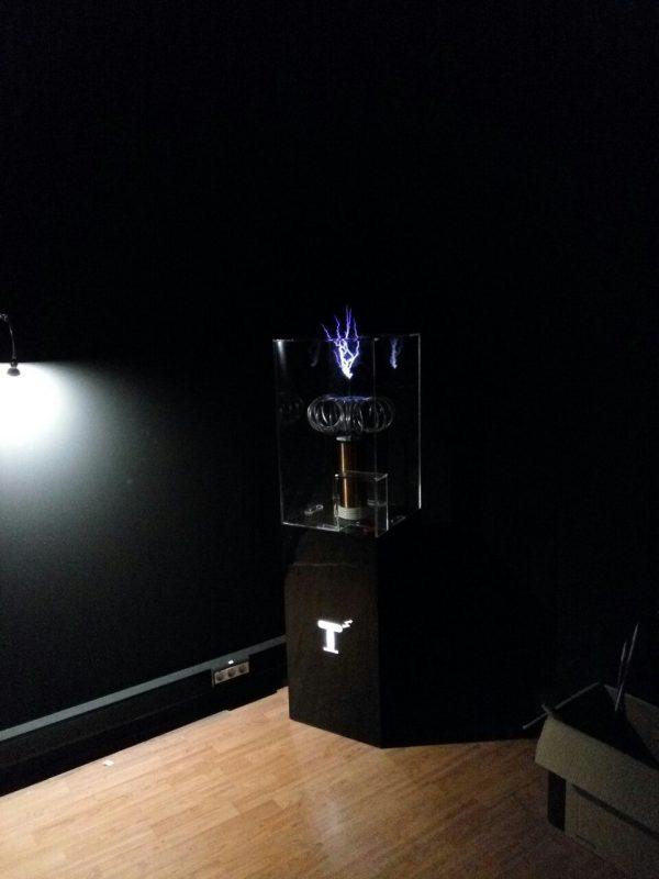 Научный экспонат Катушка Тесла